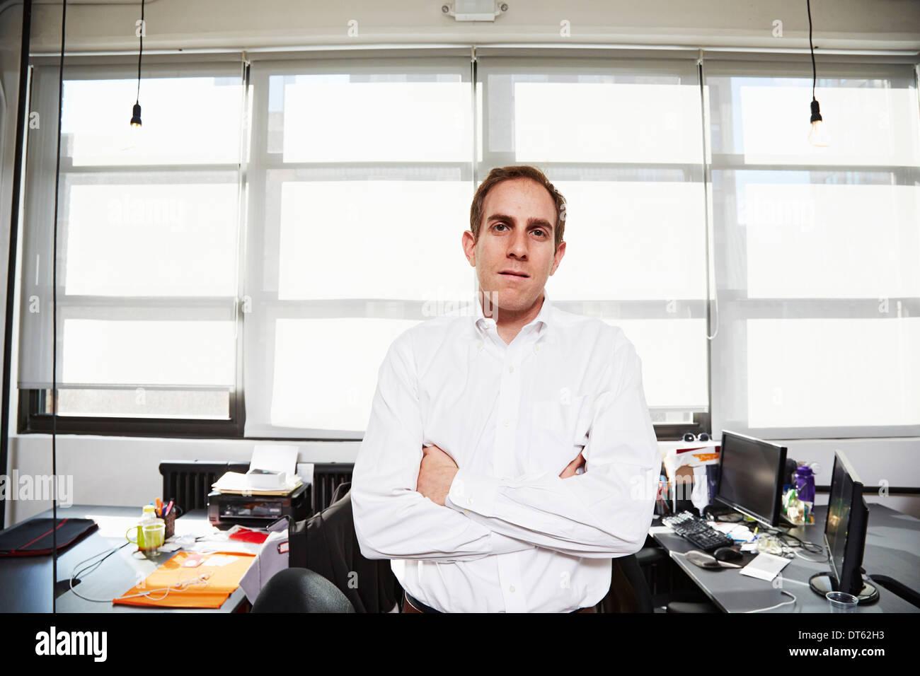 Metà uomo adulto che indossa una camicia bianca in office Immagini Stock