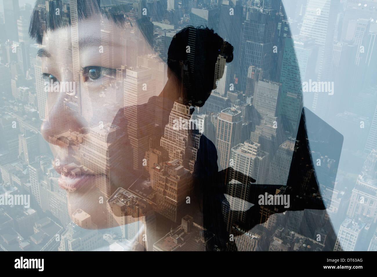 Uomo con notebook con la donna in primo piano, New York, Stati Uniti d'America Immagini Stock