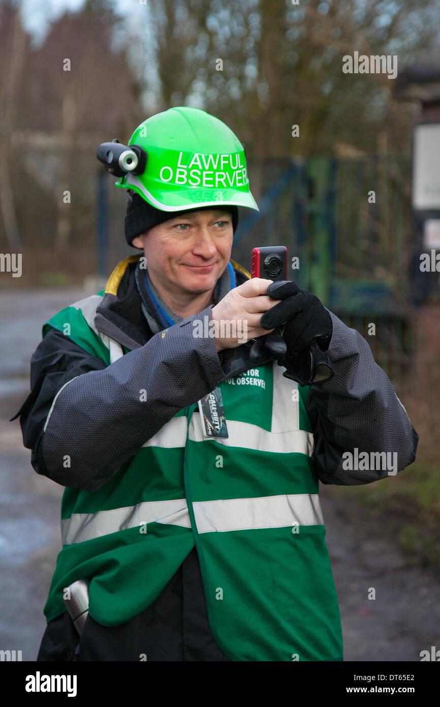 Barton Moss, Manchester, Regno Unito. 10 Febbraio, 2014. Signor Freeman Steve Spy, Dr coetanei, Steven coetanei una legittima osservatore arrestato quando ha rifiutato di fornire un test del respiro dopo le proteste da anti-fracking attivisti. Una operazione di Polizia di Greater Manchester La polizia continua a IGAS sito di perforazione a Barton Moss. I manifestanti cercano di ritardare e ostacolare la consegna di veicoli e di attrezzature di perforazione in rotta per il controverso gas sito di esplorazione. Fracking manifestanti hanno istituito un accampamento di Barton Moss Road, Eccles un potenziale metano-gas sito di estrazione a Salford, Greater Manchester. Immagini Stock