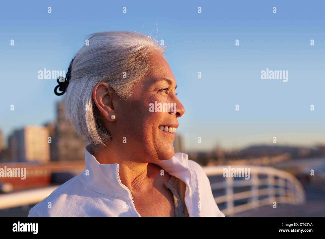 Close up profilo di argento dai capelli donna matura Immagini Stock