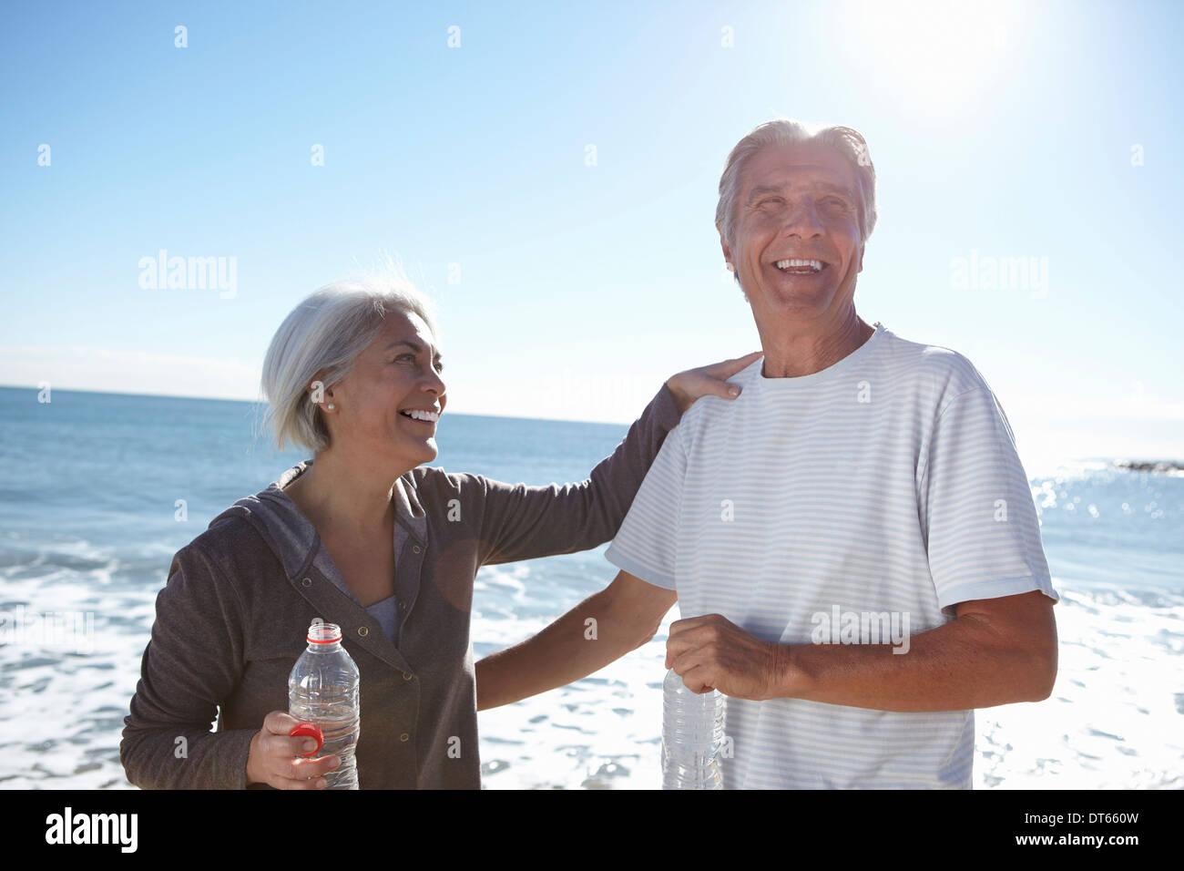 Ritratto di coppia felice da mare Foto Stock