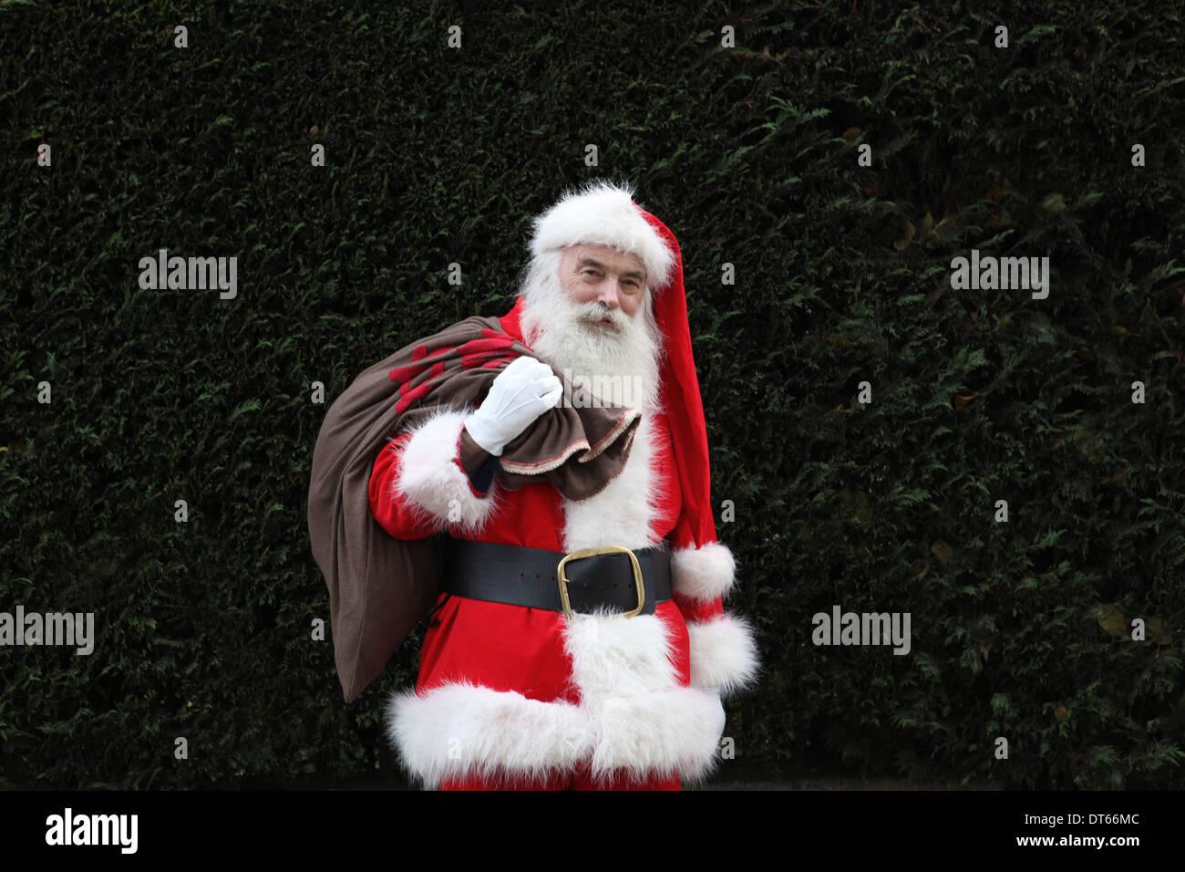 Babbo Natale che trasportano il sacco sulla spalla Immagini Stock