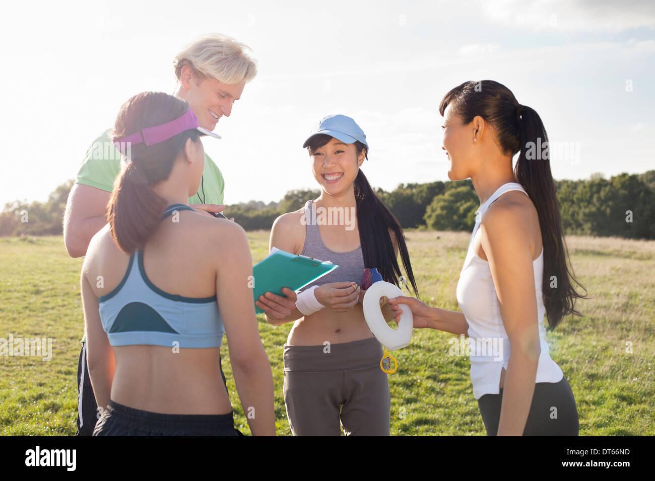 Personal trainer di dare istruzione al gruppo di clienti Immagini Stock