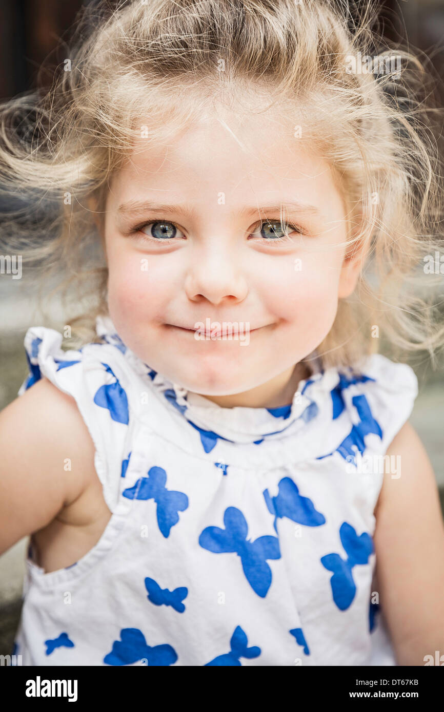 Close up ritratto femminile di bambino in abito a farfalla Immagini Stock