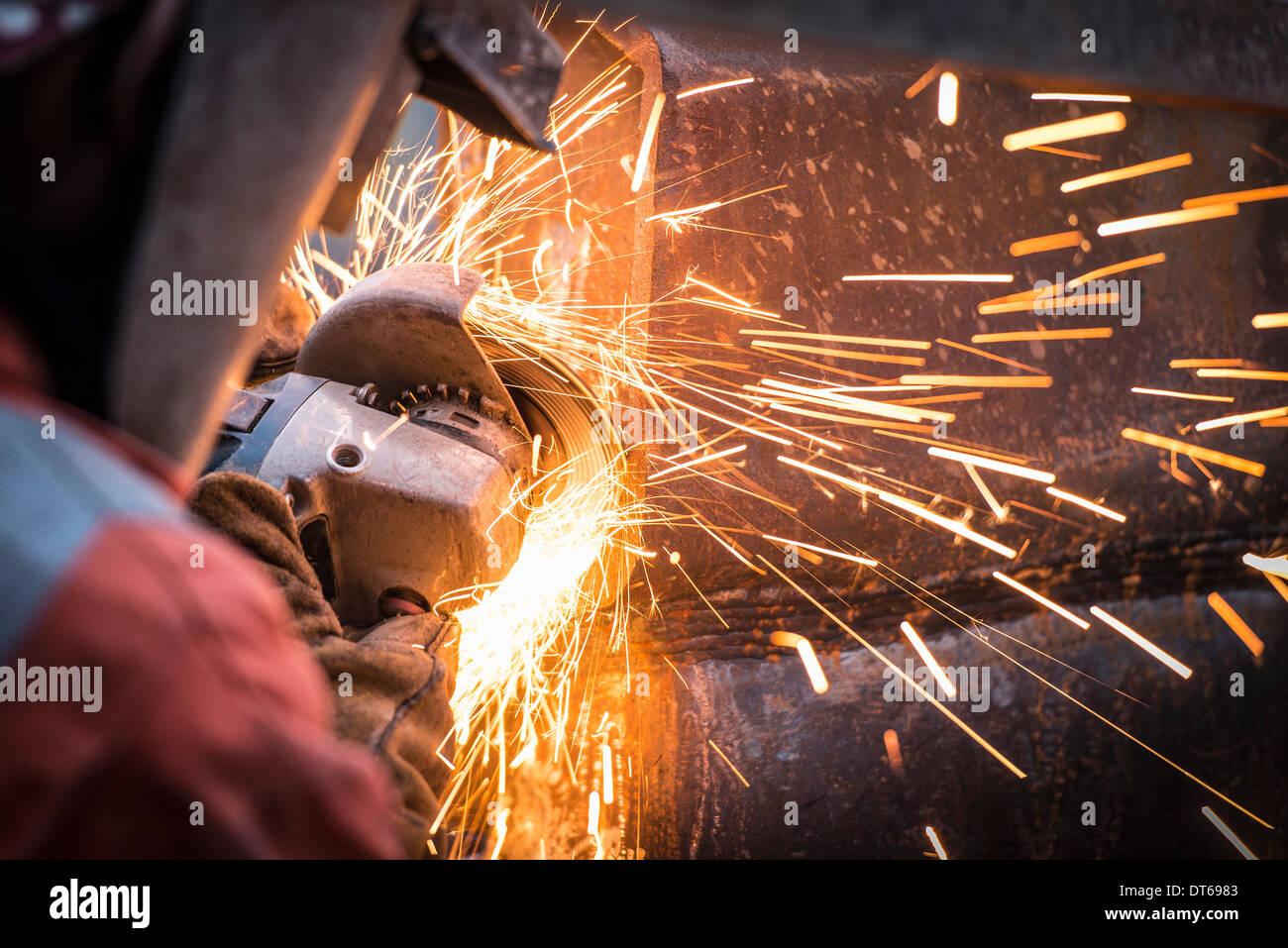 Smerigliatura metallo in lavori di riparazione nella superficie della miniera di carbone Immagini Stock