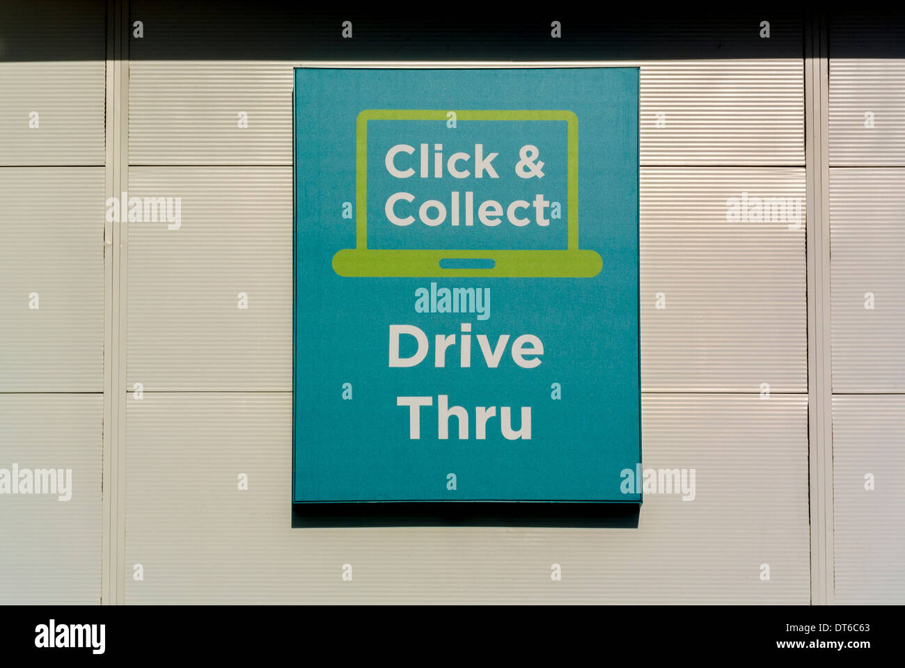 Fare clic su e raccogliere Drive Thru firmare al supermercato Asda Immagini Stock