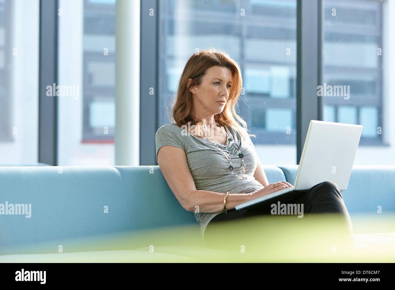 Imprenditrice utilizzando laptop Immagini Stock