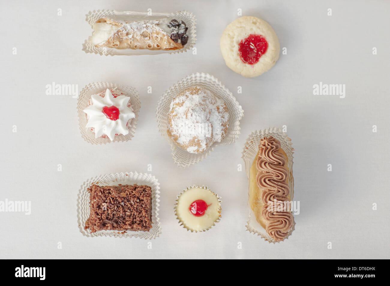 Una selezione di dessert di partito, cibo organico, e prelibati dolci e pasticcini. Immagini Stock