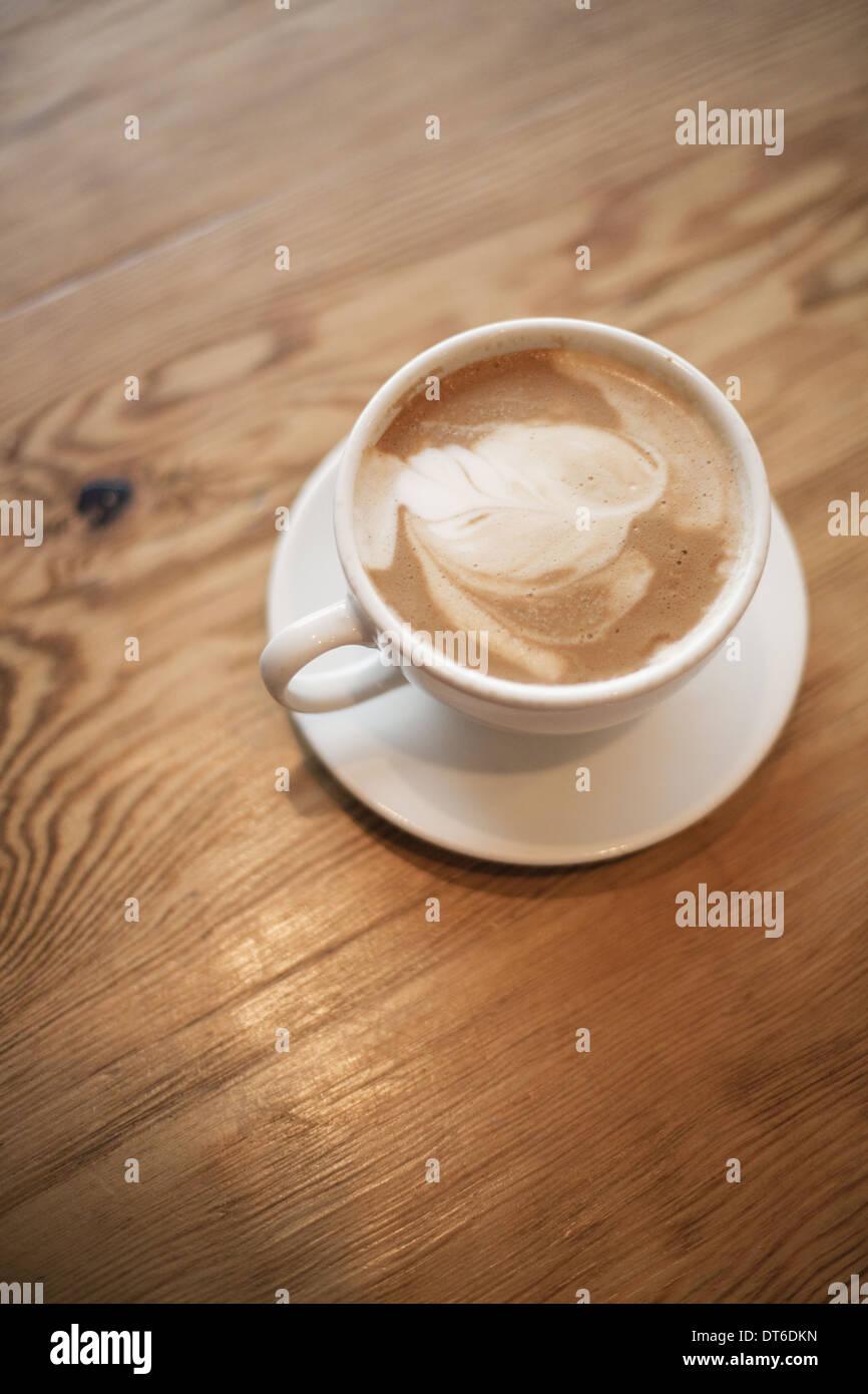 Una tazza di caffè schiumato in porcellana bianca tazza con un piattino. Cappuccino. Immagini Stock