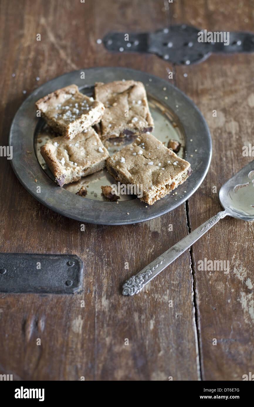 Vista aerea. Un vassoio di cottura, torta o biscotti tagliare in quadrati. Alimenti biologici. Immagini Stock