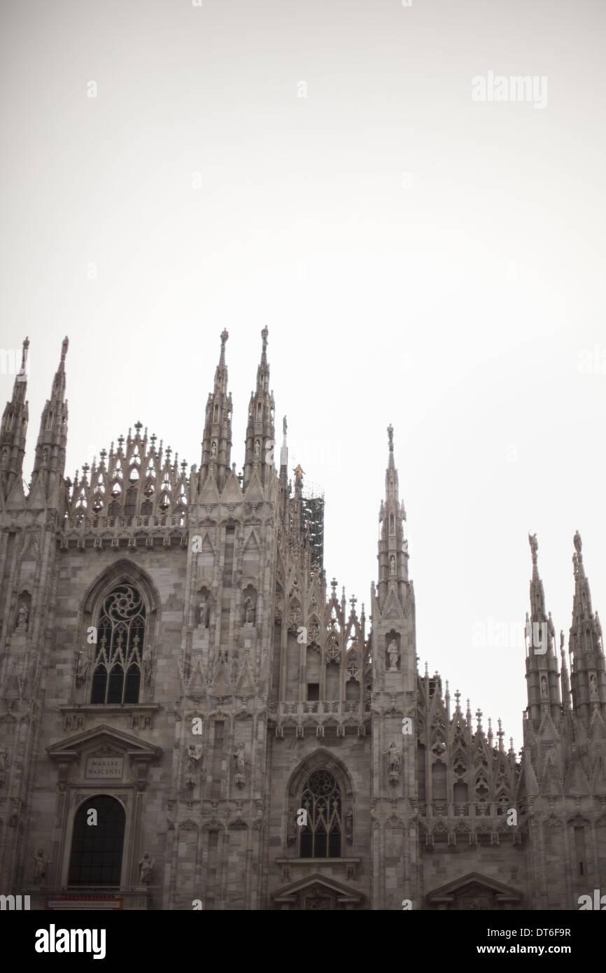 Una grande chiesa costruita in uno stile architettonico tradizionale, con scolpiti i pinnacoli gotici e finestre ad arco. Immagini Stock