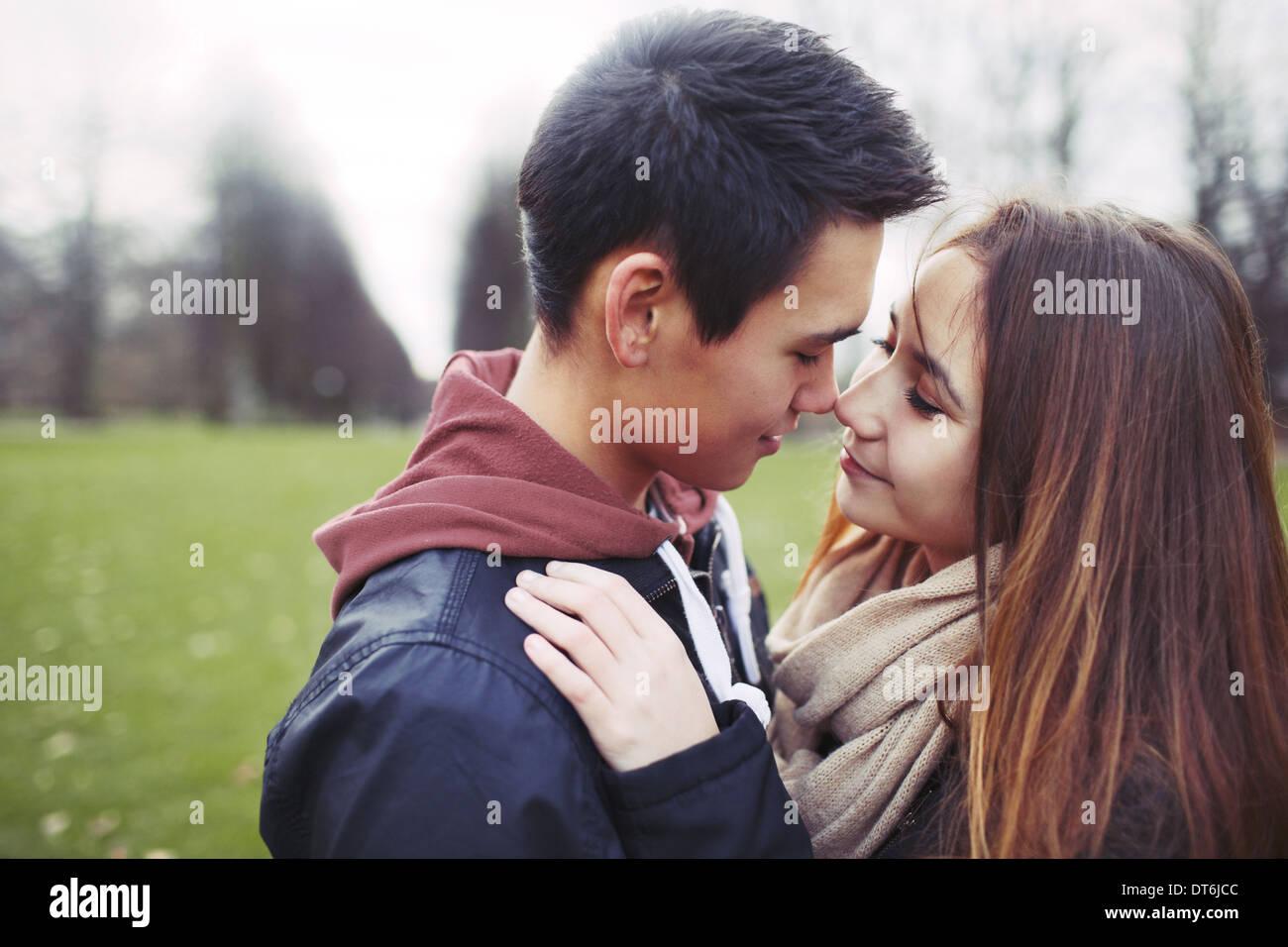 Giovane adolescente in atmosfera romantica. Affettuosa coppia giovane nel parco. Immagini Stock
