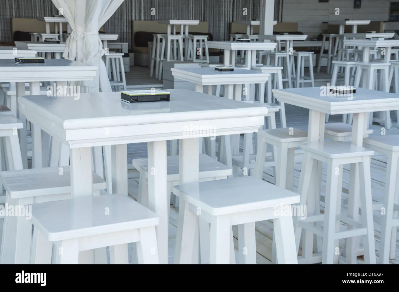 Bianco e sgabelli tavoli in bar sulla spiaggia foto & immagine stock