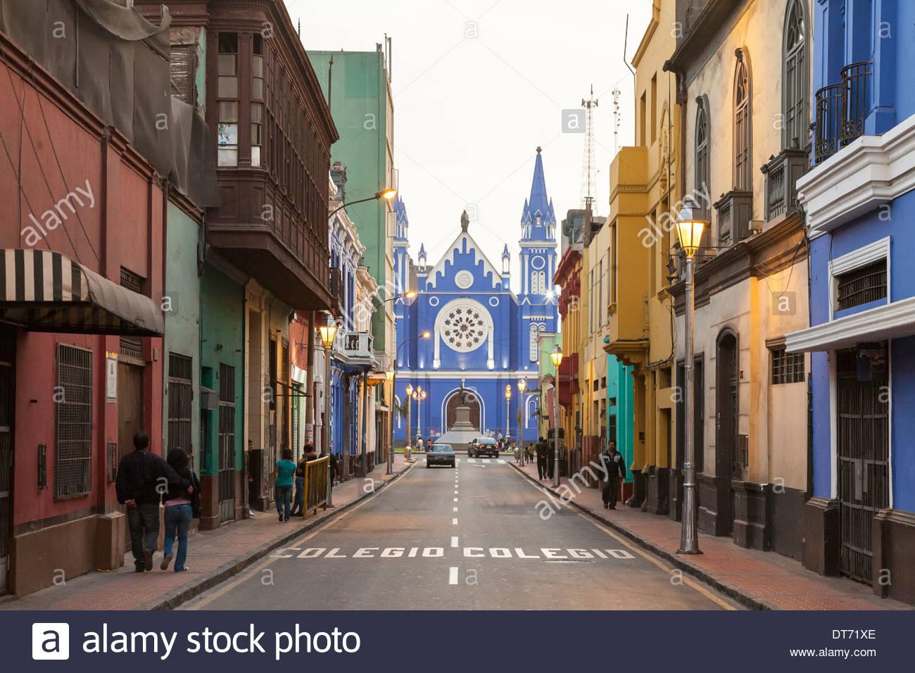 Vista su Calle Camana verso la Iglesia La Recoleta chiesa di Lima, Perù, Sud America Immagini Stock