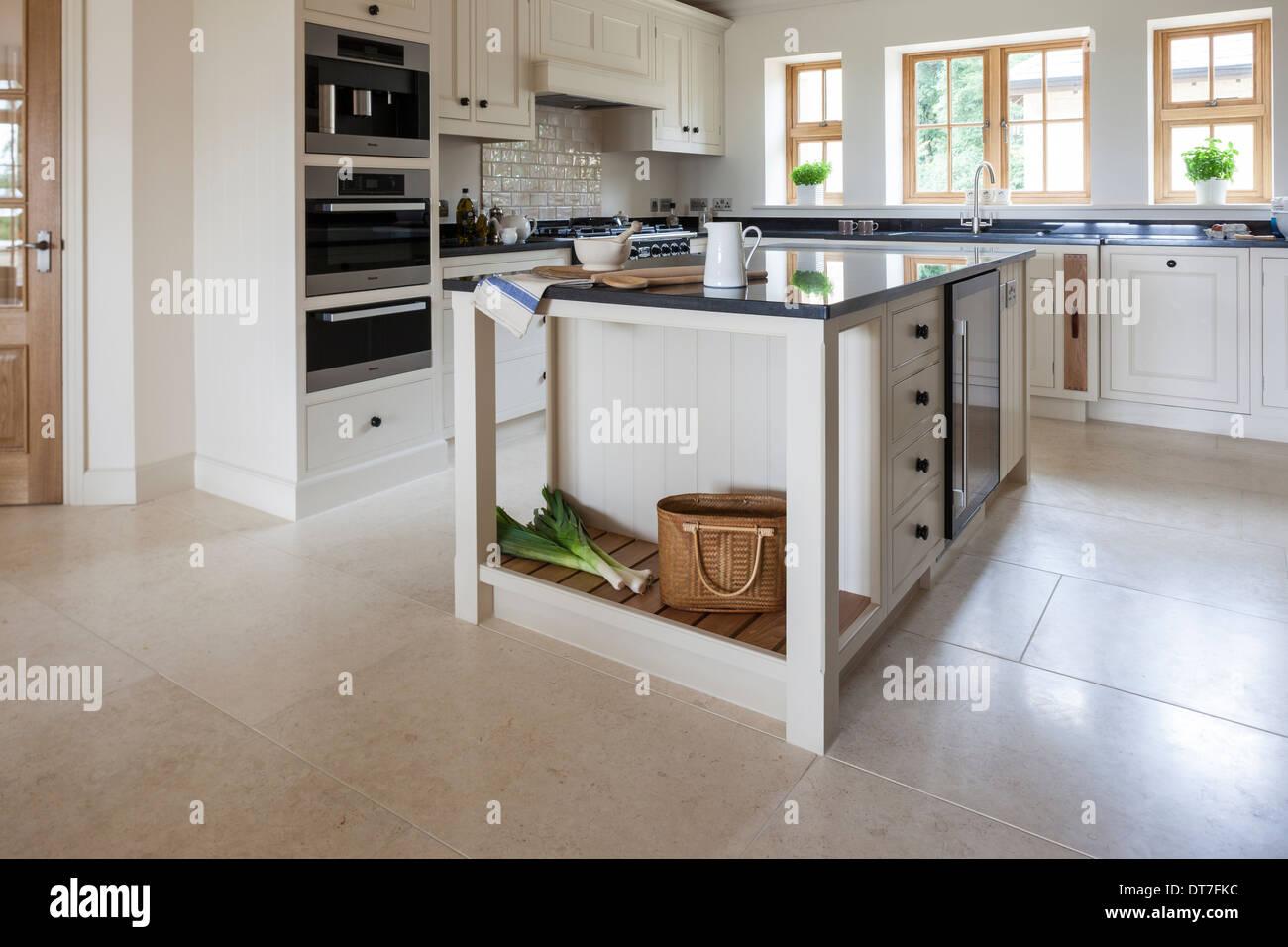 Cucina moderna con Mandarin pavimento in pietra Immagini Stock