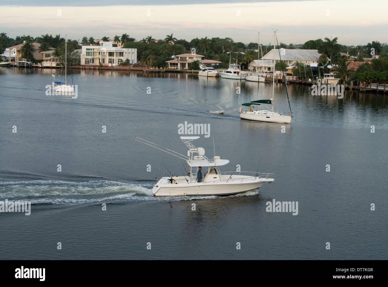 White imbarcazione a motore sulla Intracoastal Waterway, Florida Immagini Stock