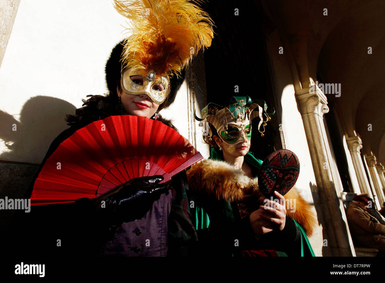 Due donne mascherate a Carnevale di Venezia Immagini Stock