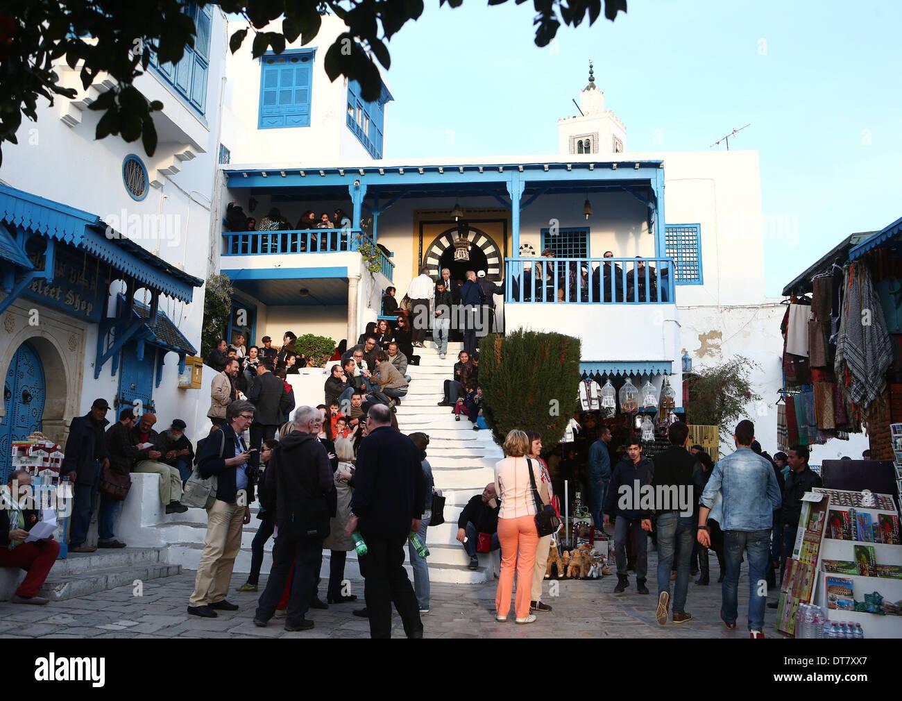 Guardare il cafe del Nattes in l'artista della città di Sidi Bou Said al di sopra del capitale di Tunisi su 08.02.2014. Qui è nato il famoso dipinto del pittore tedesco August Macke. Immagini Stock