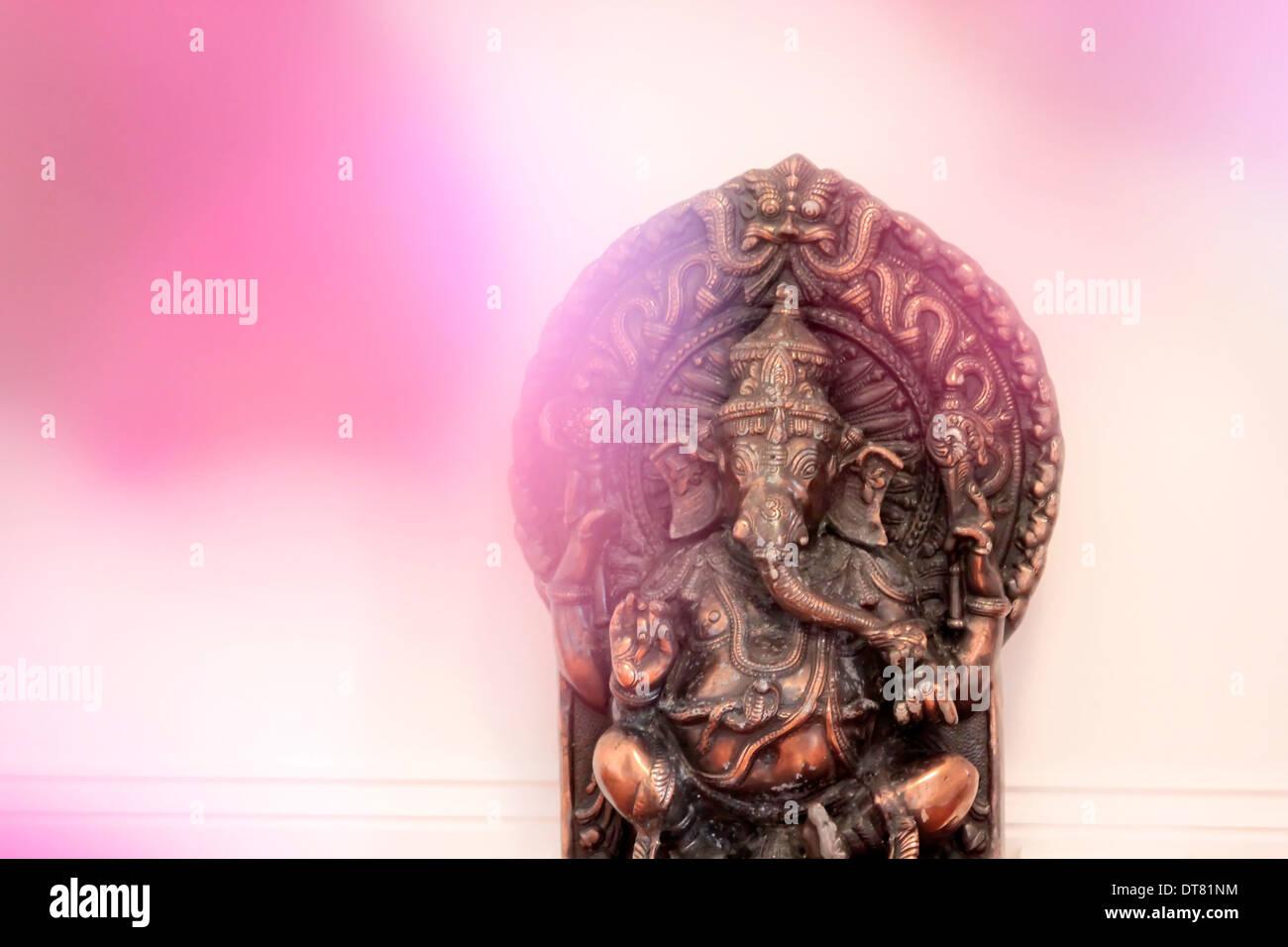 Statua della divinità Indù Ganesha come una decorazione in una sala yoga Immagini Stock