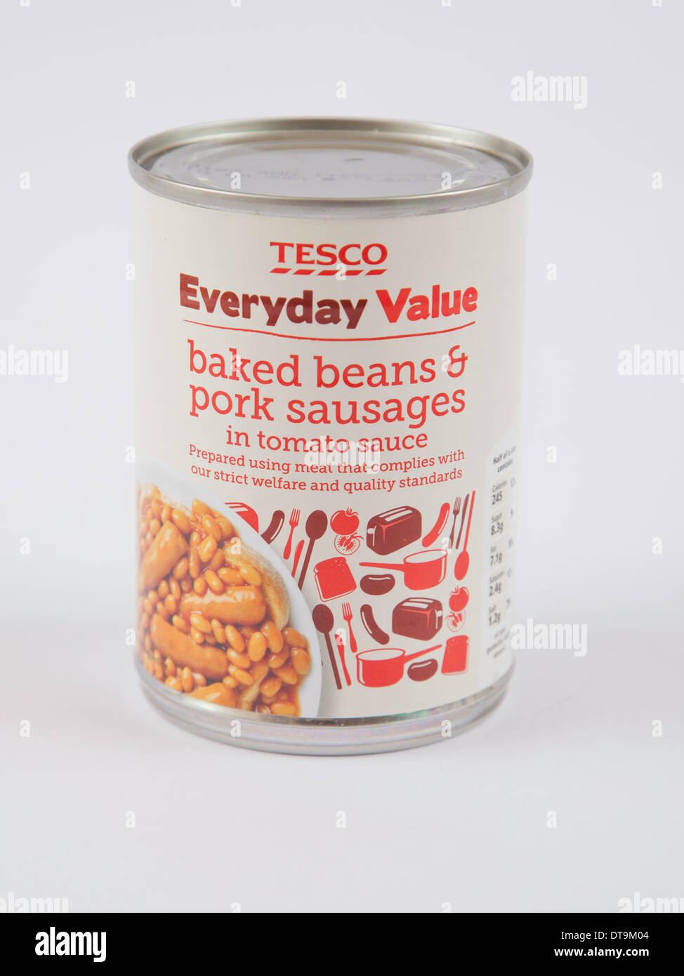 Tesco valore quotidiano le conserve di Fagioli e salsicce in salsa di pomodoro Immagini Stock