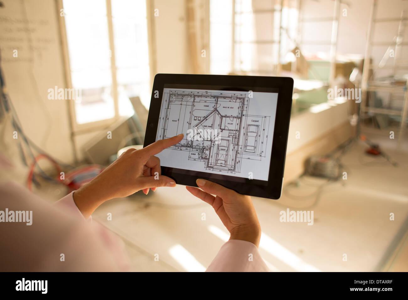 Architetto donna che lavorano con tavoletta elettronica sul sito in costruzione Immagini Stock
