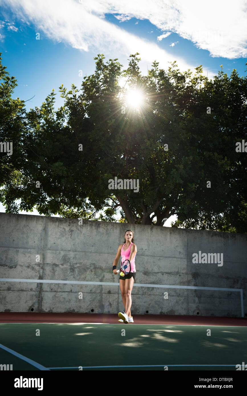 Femmina giocatore di tennis che serve la sfera Immagini Stock