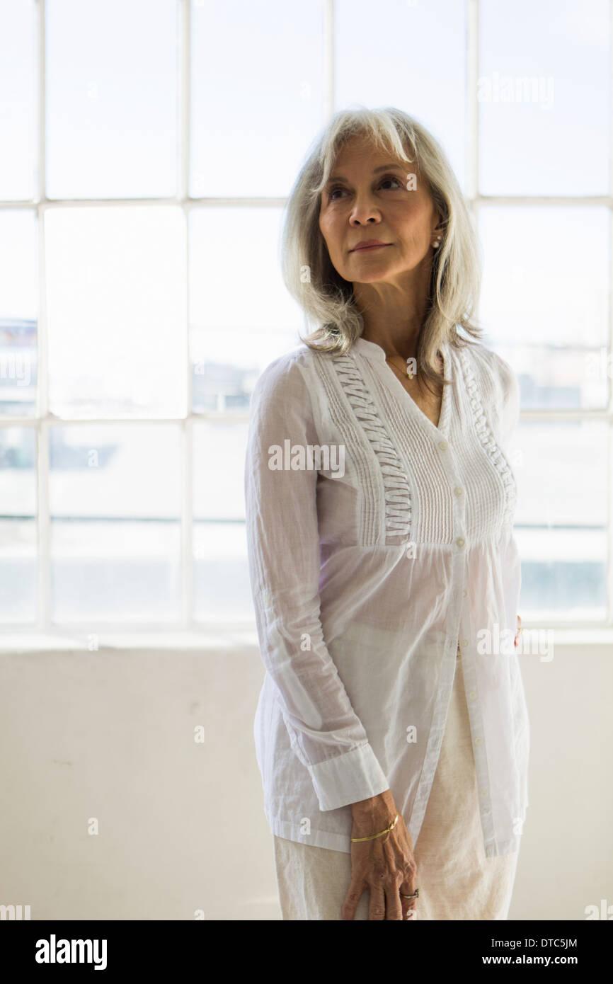 Ritratto di donna senior in appartamento Immagini Stock