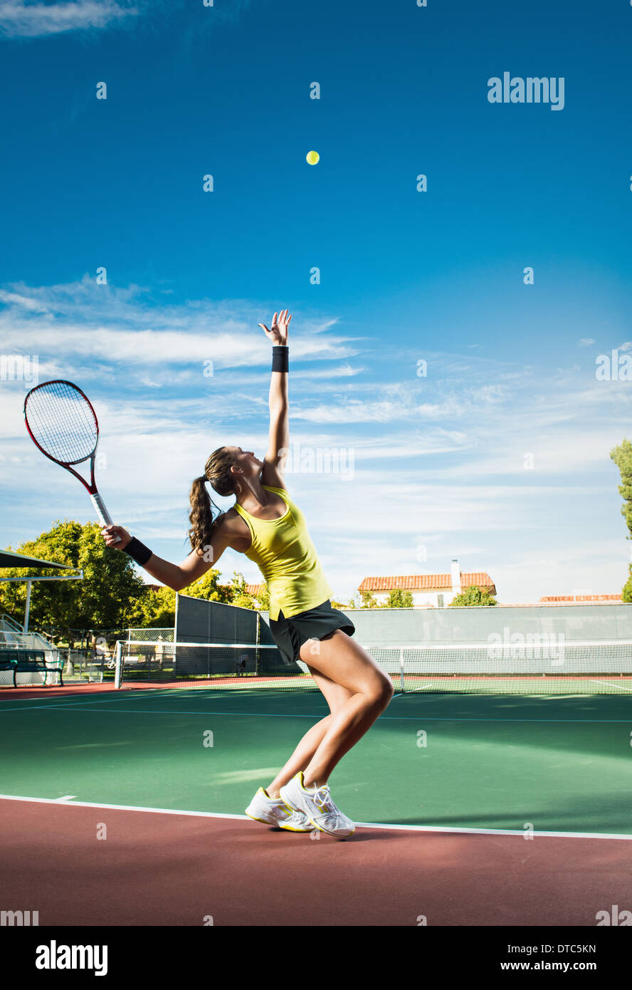 Femmina giocatore di tennis di colpire la sfera Immagini Stock