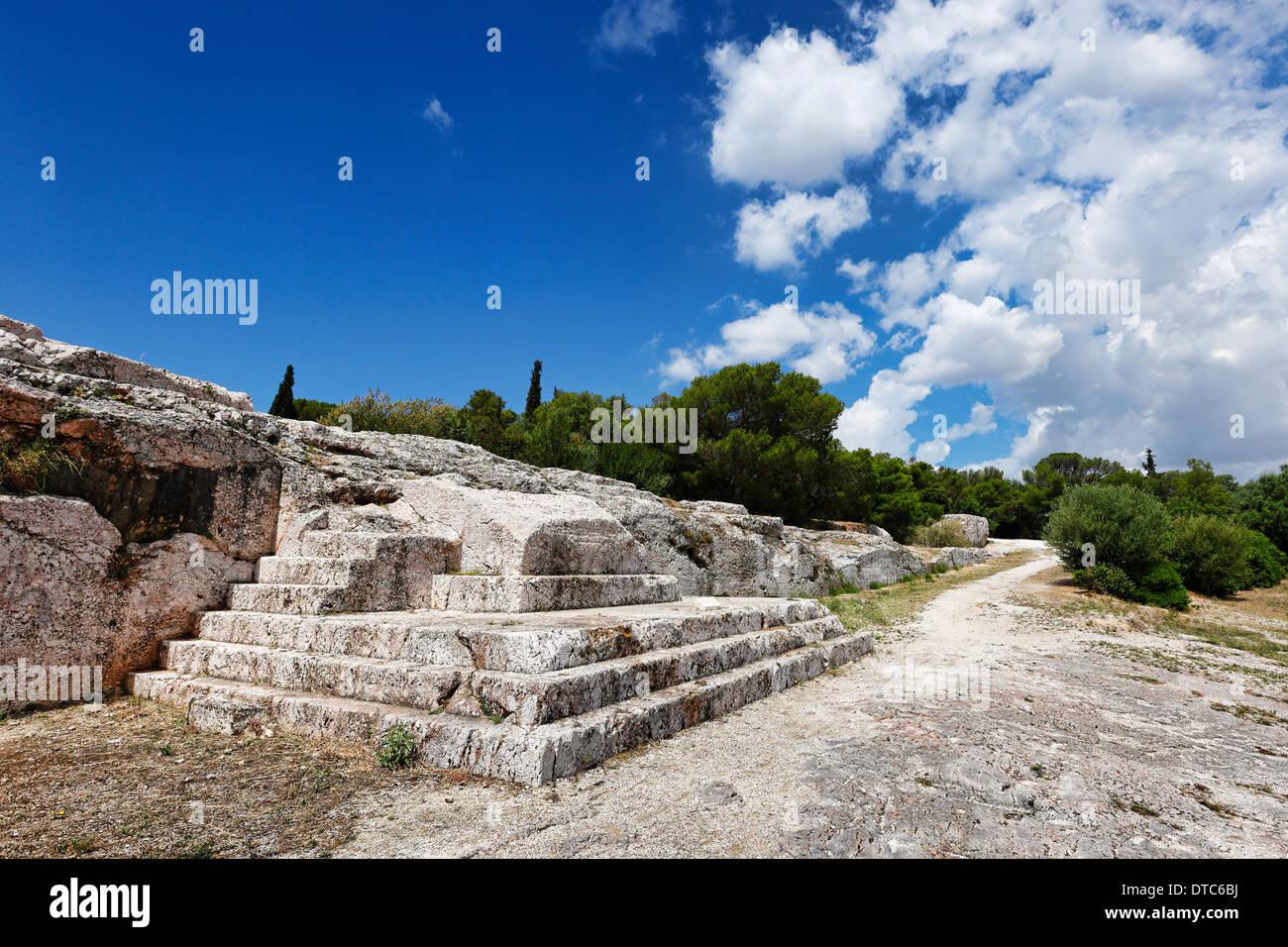 La Pnice (507 a.C.) con incisa la fasi di altoparlanti piattaforma (bema) vicino all'acropoli ateniese, Grecia. Immagini Stock