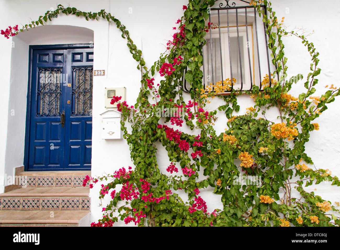 Tipica casa andalusa e blue door villaggio bianco Canillas de Albaida Axarquia Malaga Andalusia Spagna Immagini Stock