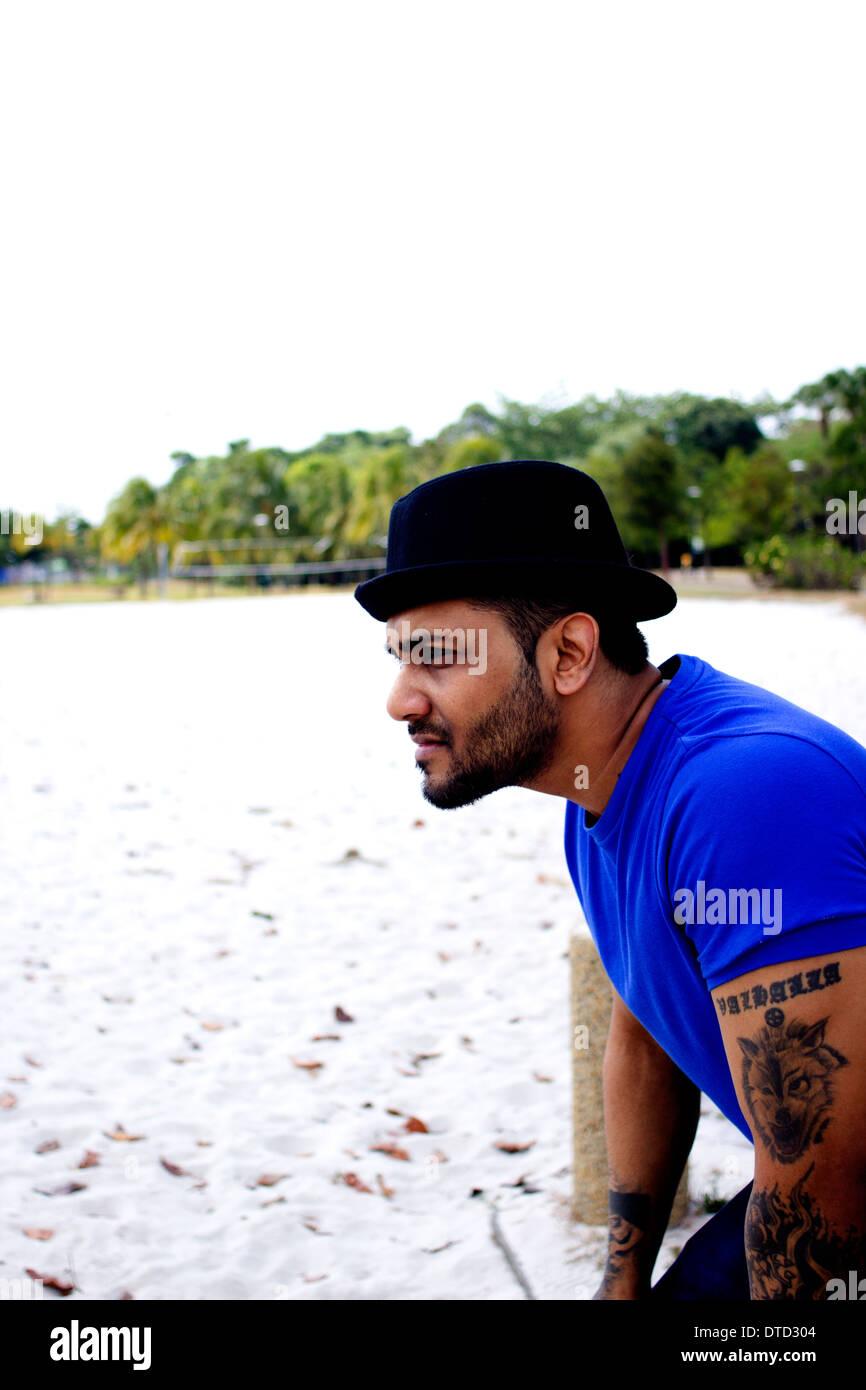 Etnica maschio indiano a guardare fuori e pensare Immagini Stock