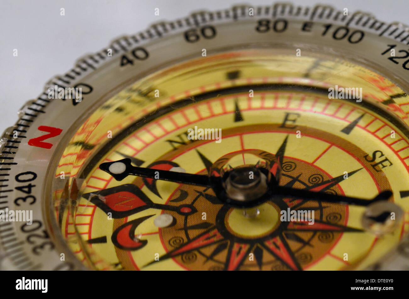 Capacità di sopravvivenza concetto - Close-up di compass rose e cuscinetto magnetico. Concetto di navigazione. Immagini Stock