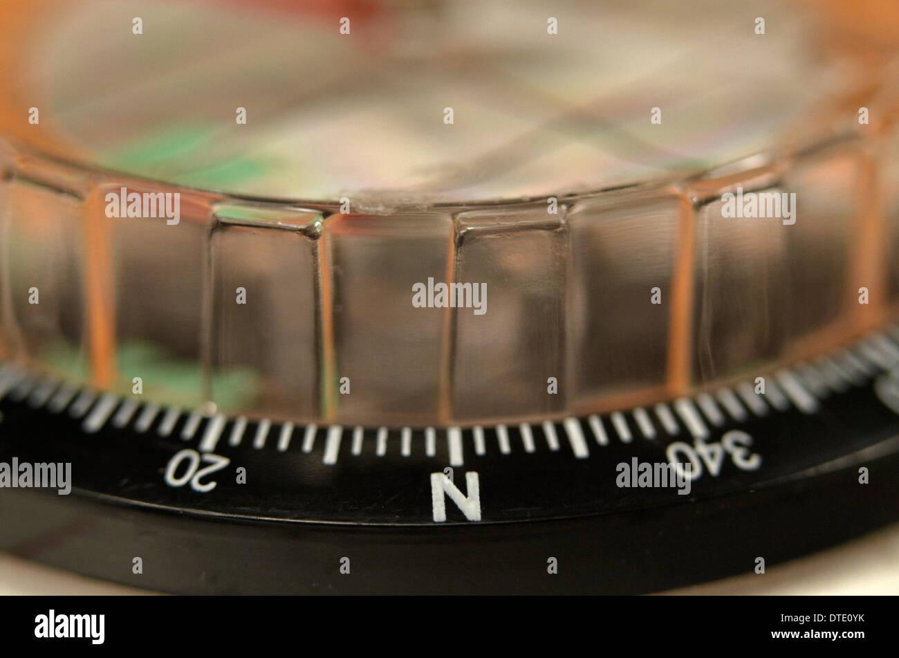 Capacità di sopravvivenza concetto - Close-up di compass rose segmento. Concetto di navigazione. Immagini Stock
