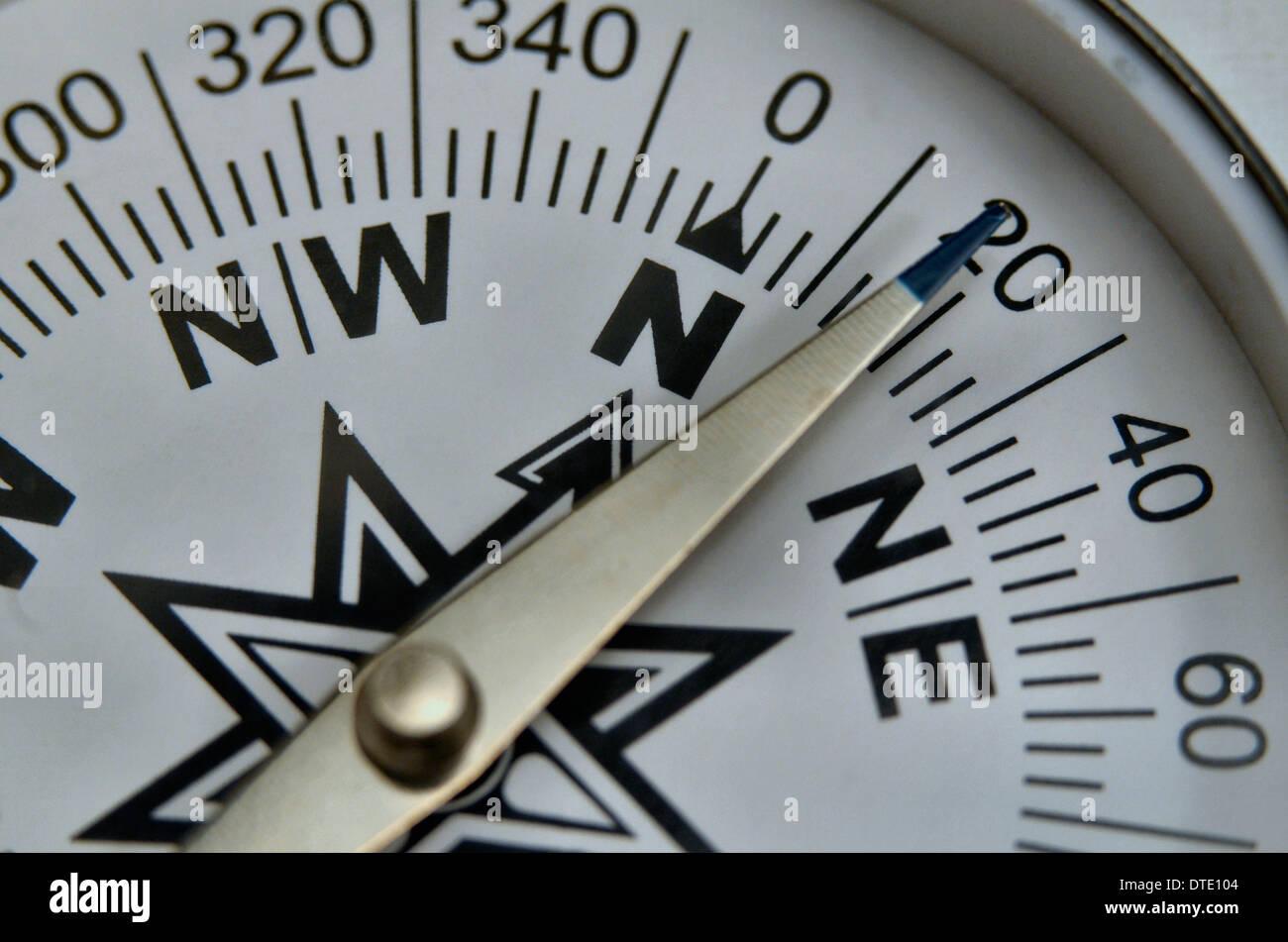 Trovare la direzione / survival skills - Concetto di close-up di compass rose e cuscinetto magnetico. Concetto di navigazione. Immagini Stock