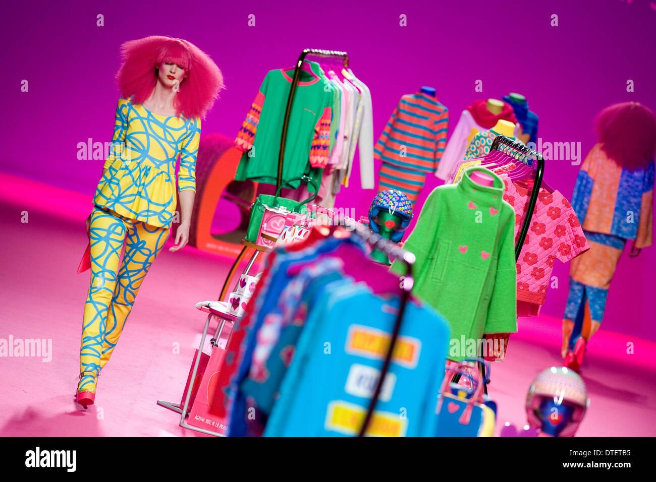 Madrid, Spagna. 16 feb 2014. Un modello di vetrine di disegni di Agatha Ruiz de la Prada sullo spettacolo durante la Mercedes Benz Fashion Week Madrid Autunno/Inverno 2014 presso Ifema il 16 febbraio 2014 a Madrid, Spagna. Credito: Oscar Gonzalez/NurPhoto/ZUMAPRESS.com/Alamy Live News Immagini Stock
