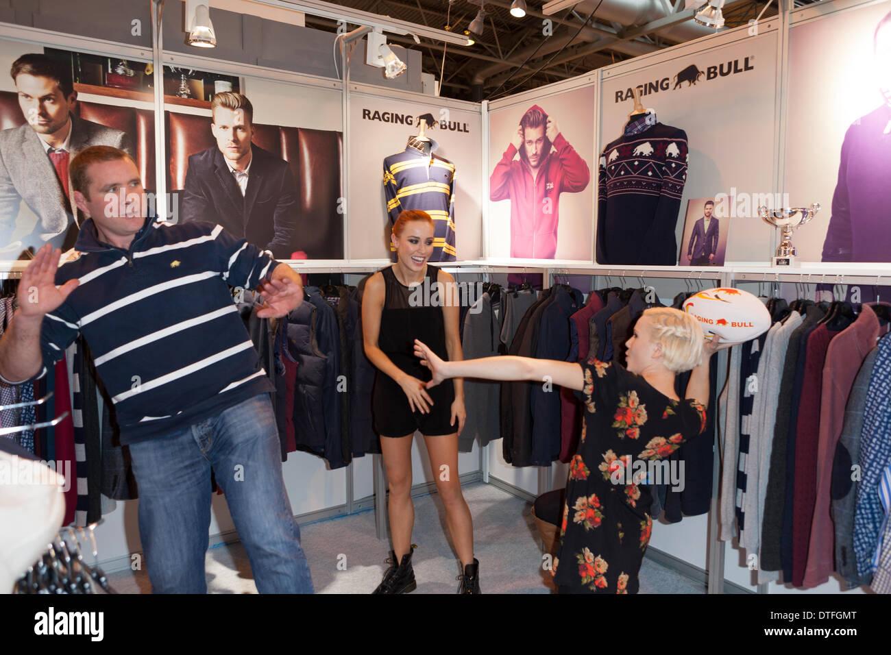 Birmingham, Regno Unito. 17 feb 2014. Phil Vickery mostrato di condividere una risata con 2 modelli del toro infuria stand alla Moda Fashion show Credito: Paolo Hastie/Alamy Live News Immagini Stock