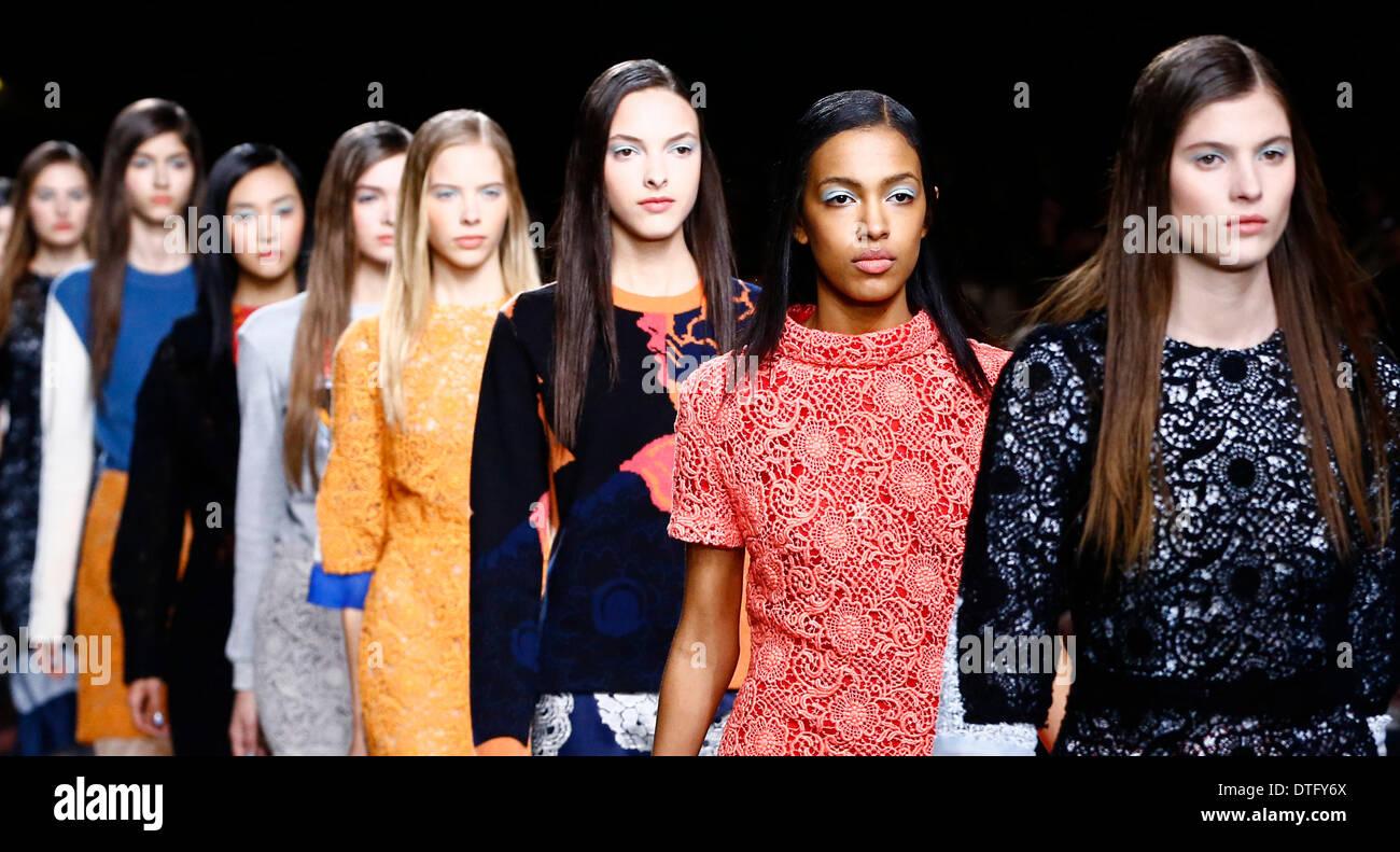 Londra, Regno Unito. 17 feb 2014. I modelli presenti creazioni da Michael van der Ham durante il 2014 Autunno/Inverno London Fashion Week . Credito: Yin pista/Xinhua/Alamy Live News Immagini Stock