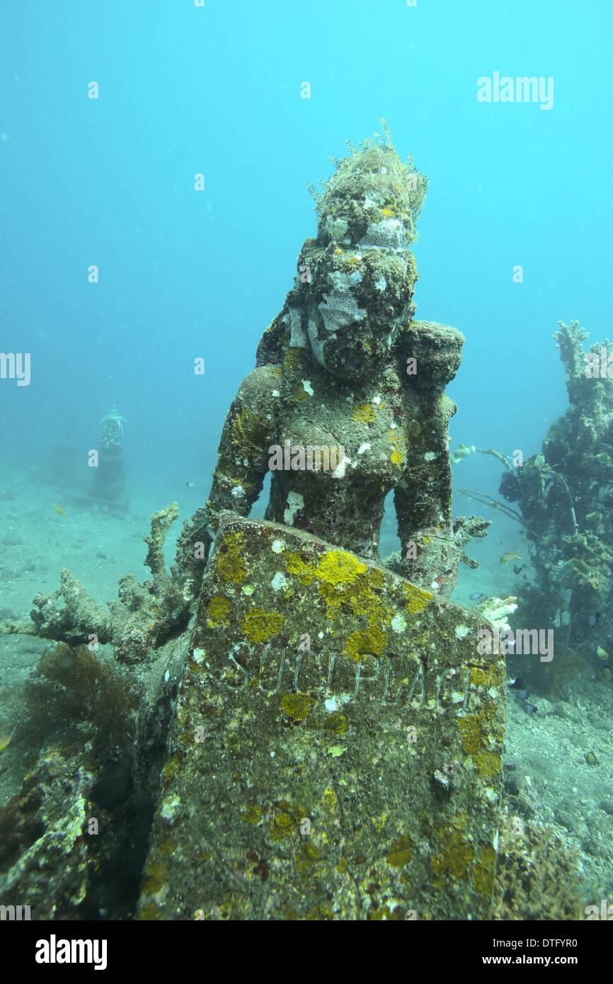 Divinità indù statua di pietra sul oceano pavimento in Amed, east Bali Immagini Stock