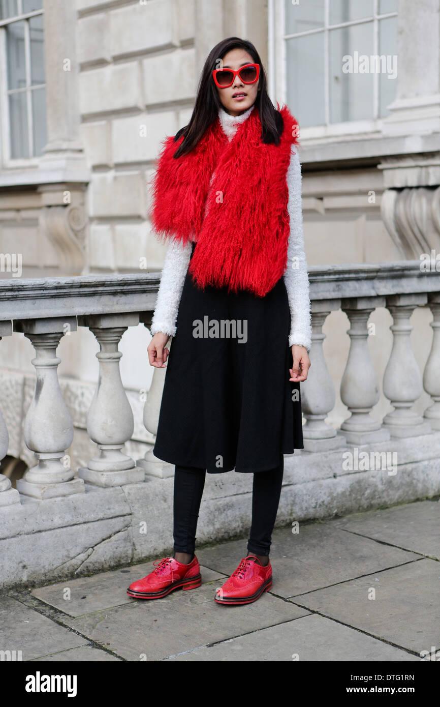 Londra, Regno Unito. 15 feb 2014. Modello Thuy Hoang arrivando a Somerset House Credito: dpa picture alliance/Alamy Live News Immagini Stock