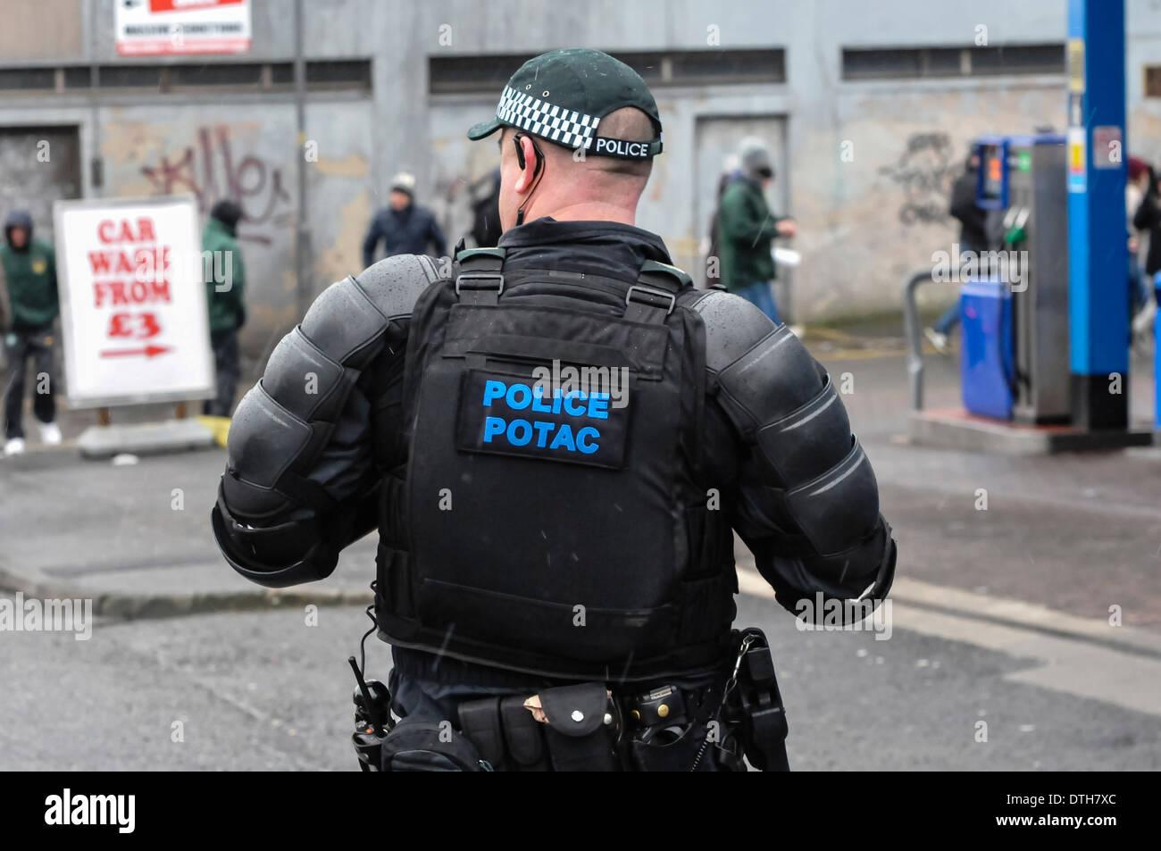 Il servizio di polizia dell'Irlanda del Nord PSNI Ordine pubblico Tactical Advisor (POTAC) indossare abbigliamento protettivo Immagini Stock