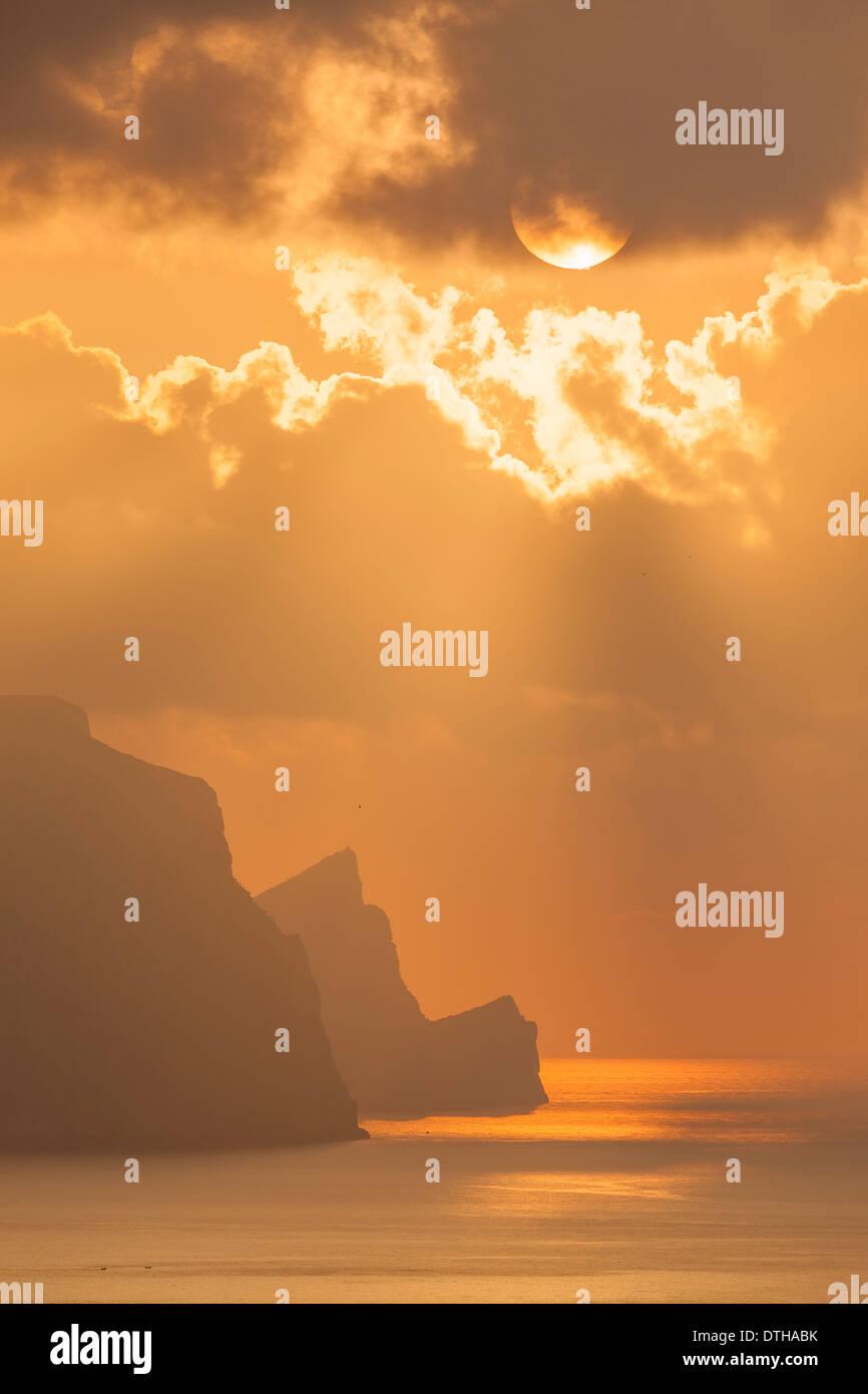 Maiorca costa settentrionale. I raggi di divina su area di Estellencs e Dragonera isle (centro) silhouette. Isole Baleari, Spagna Immagini Stock