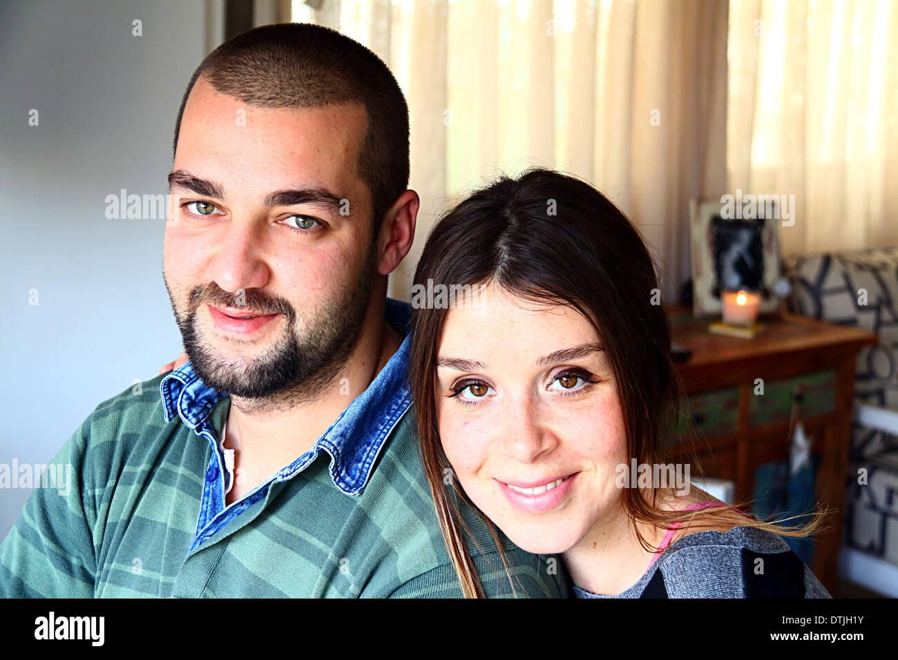 Ritratto di giovane turco sposato Coppia sorridente a casa Foto Stock