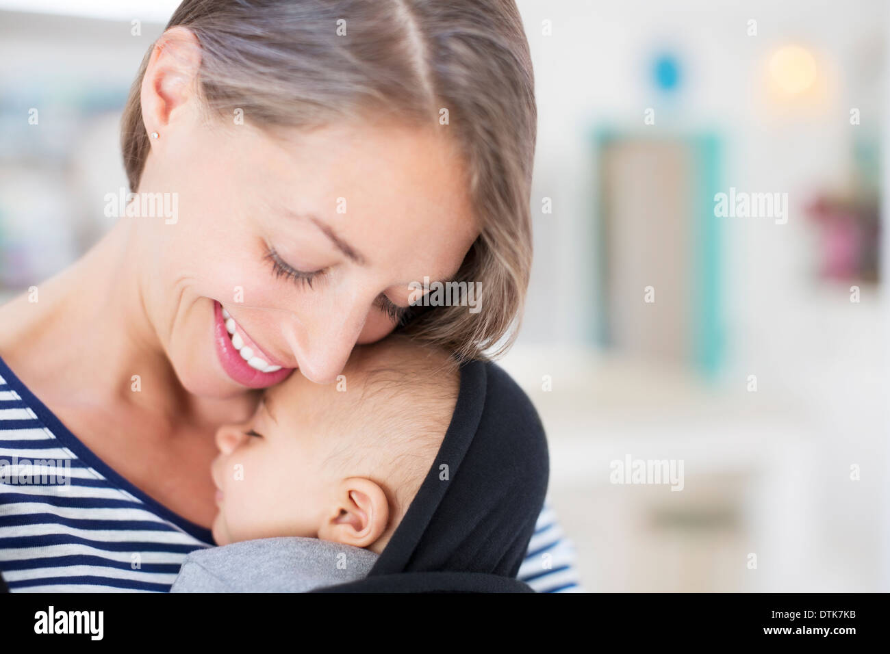 Azienda madre sleeping baby boy Foto Stock