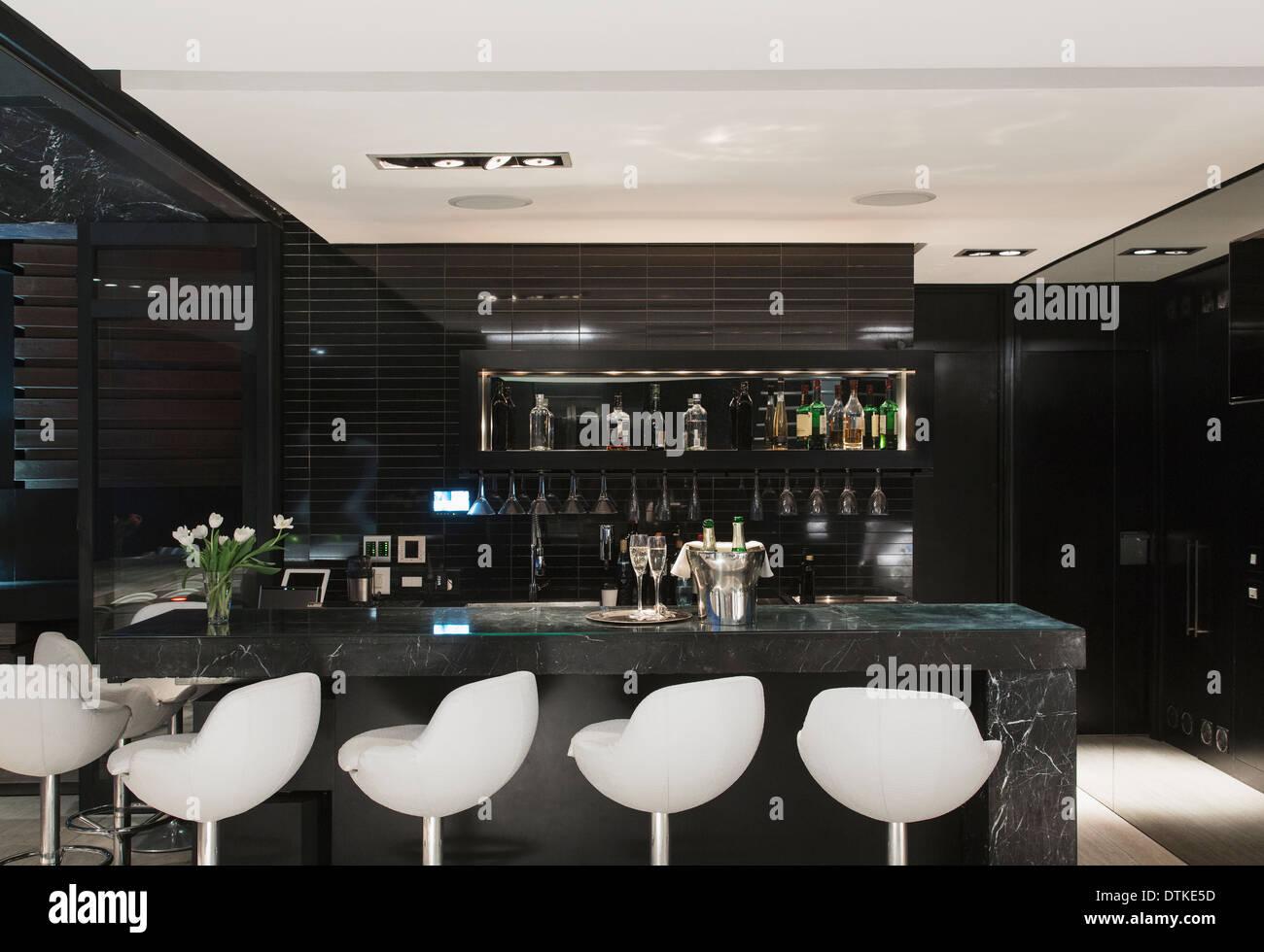 Sgabelli vuoti in bar foto & immagine stock: 66811065 alamy