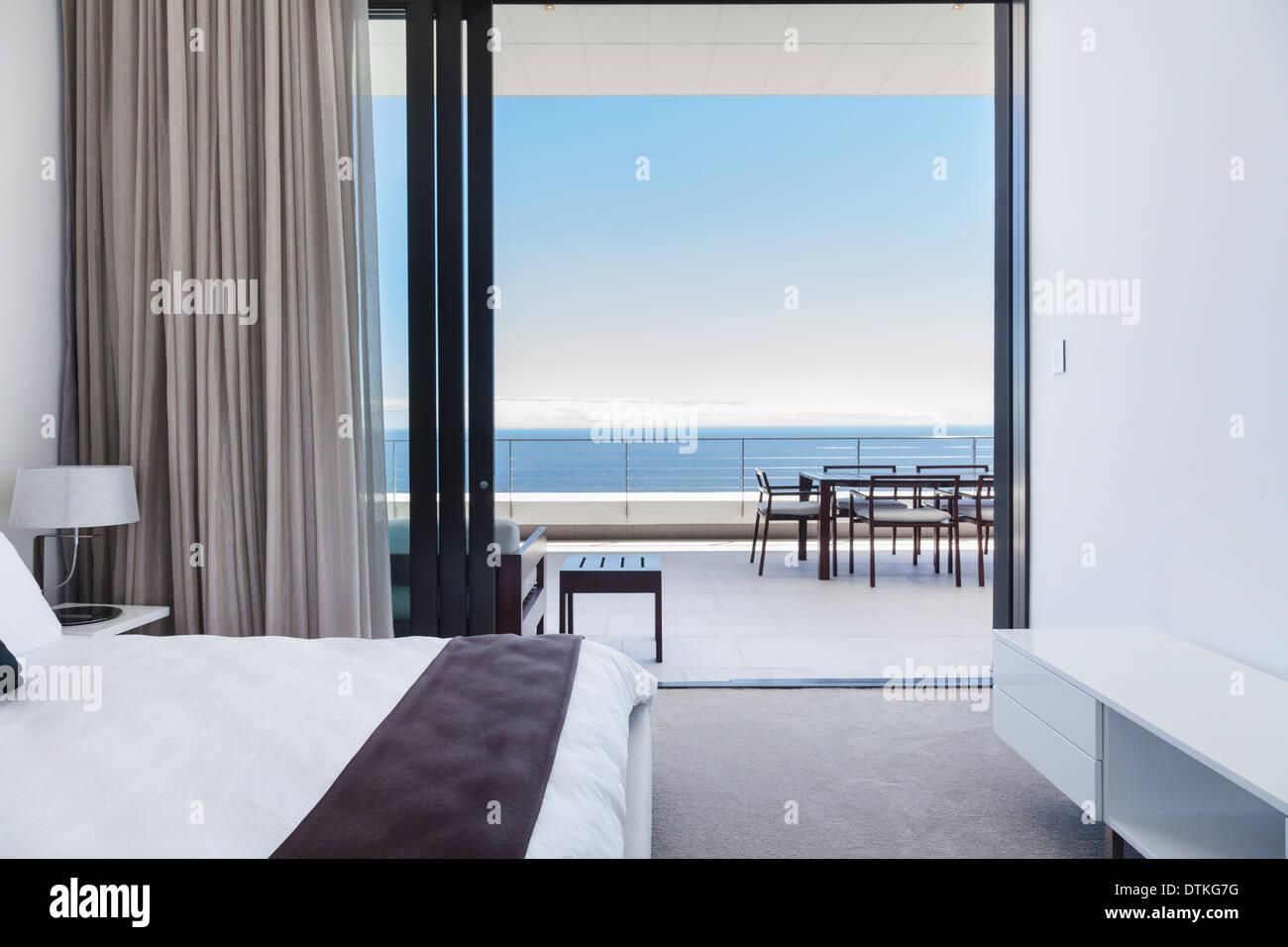 Moderna Camera Da Letto E Un Balcone Con Vista Sul Mare Foto Stock Alamy