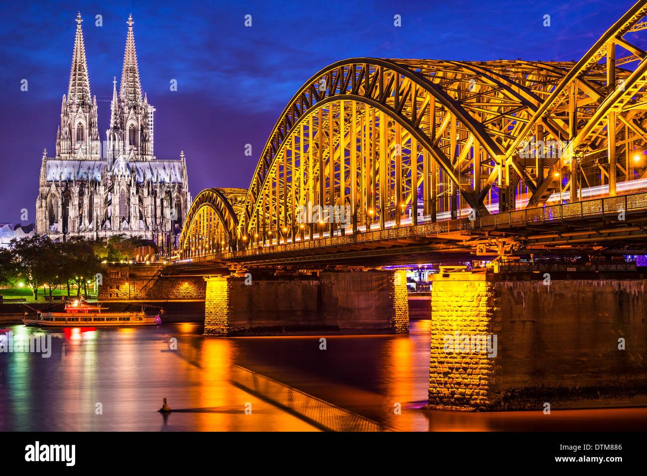Colonia, Germania presso la cattedrale e il ponte sul fiume Reno. Immagini Stock