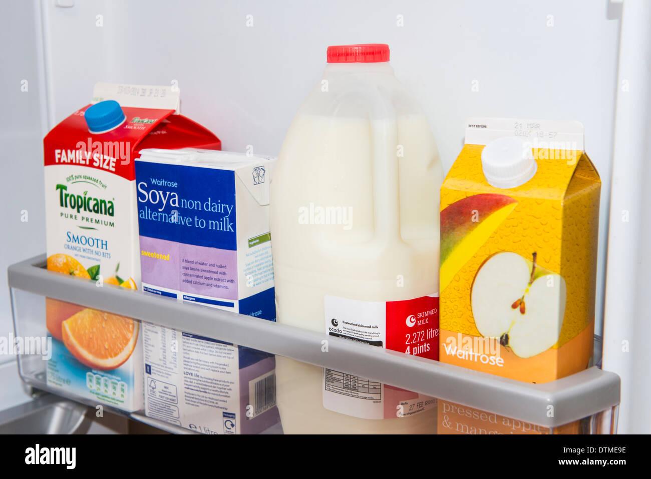 Una porta frigo pieno di latte, il latte di soia e succhi di frutta. Immagini Stock