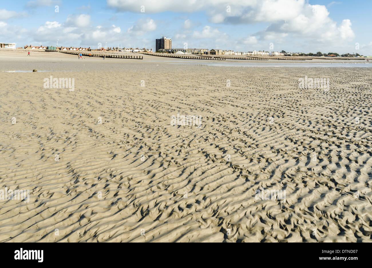 Increspature di sabbia su un vuoto di spiaggia sabbiosa. Immagini Stock