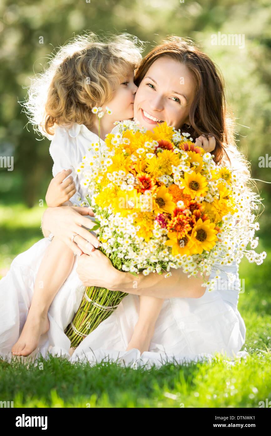 Donna e bambino azienda bouquet di fiori Immagini Stock