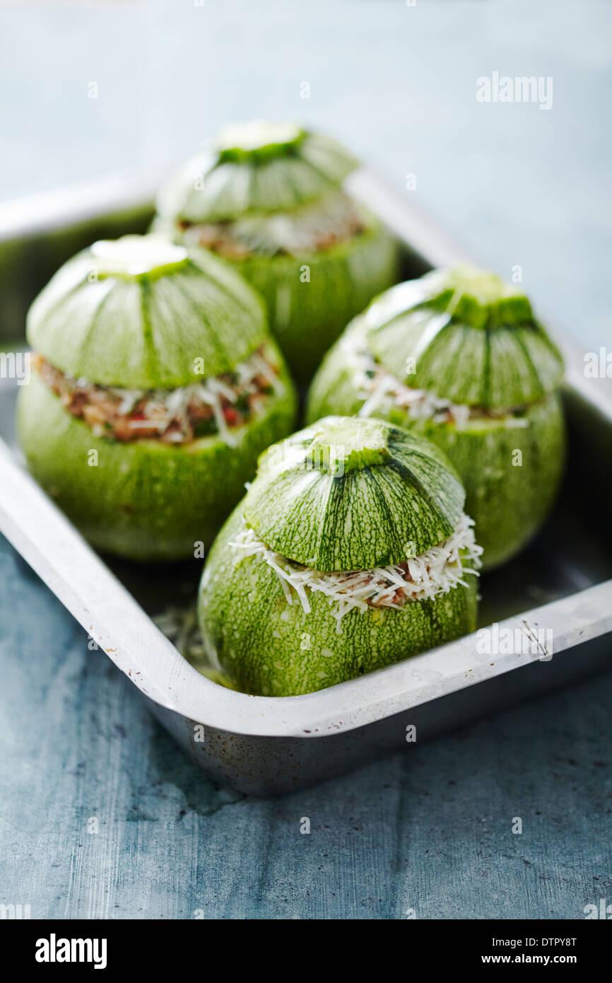 Round di zucchine con ripieno prima di arrivare al forno Immagini Stock